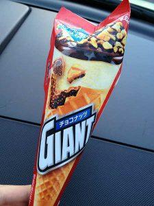 Японское мороженое рожок с орехами