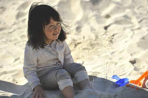 девочка на песке