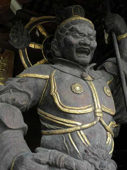 японская статуя из дерева