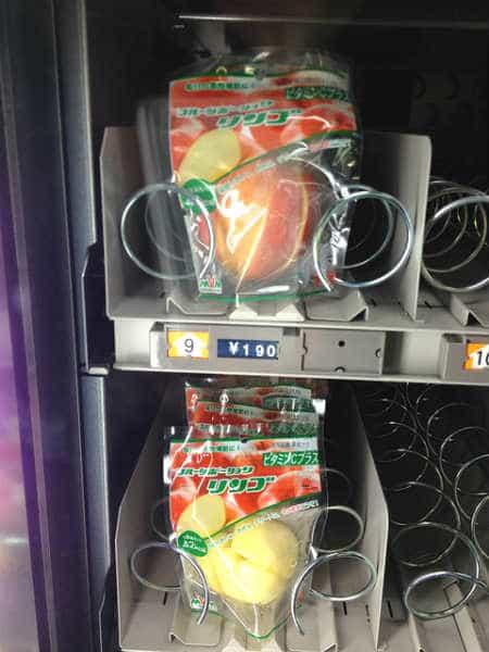 японский торговый автомат с яблоками