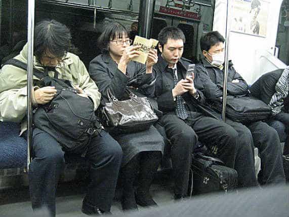 японские служащие едут домой