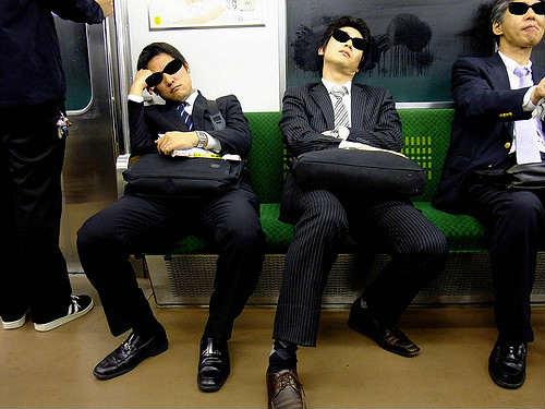 японские служащие после работы