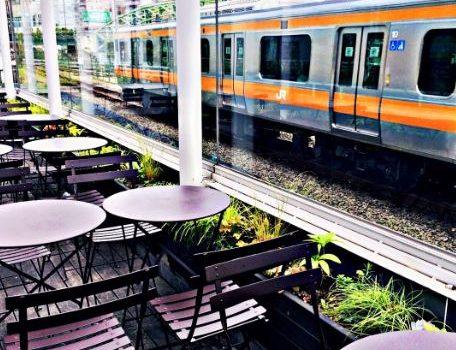Необычные места Японии: Самый близкий к ж/д путям ресторан в Мире